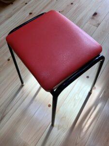 張り替え前の赤いミシン椅子