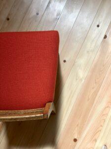 橙色の小椅子