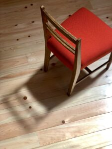 橙色の小椅子斜め後ろ