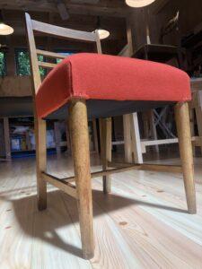 橙色の小椅子下から